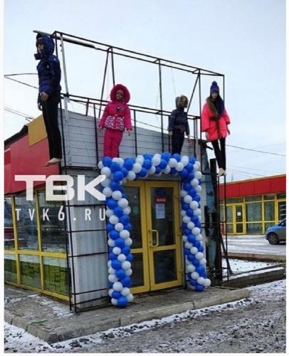 Боги маркетинга. В Красноярске повесили манекены детей