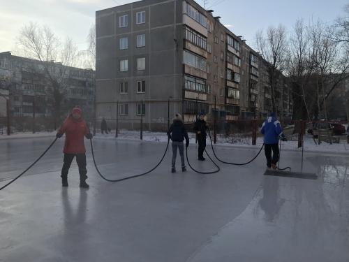 Лед для катания. В Челябинске для детворы подготовили уличные катки