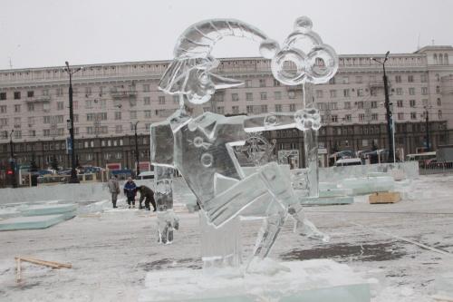 Под сводами дворца из льда. На центральной площади Челябинска возводят театр