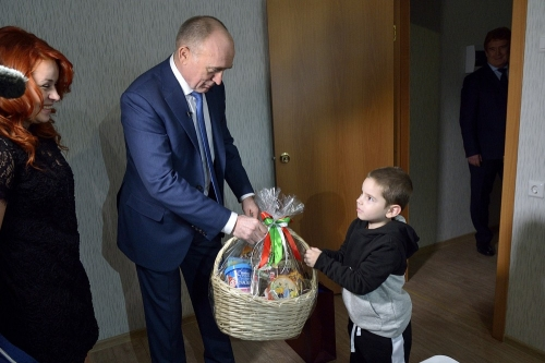Ключи к празднику. С новосельем сирот поздравили Дубровский и Елистратов