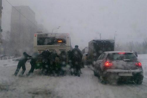 А город ждал. Последствия ночного снегопада в Челябинске стали причинами утренних задержек общественного транспорта и опозданий на работу