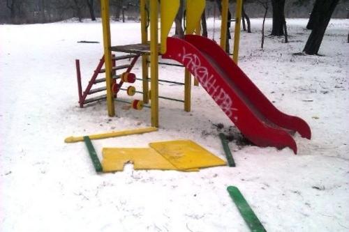 В зоне внимания УК. В Челябинске управляющую компанию заставили следить за сохранностью детской площадки