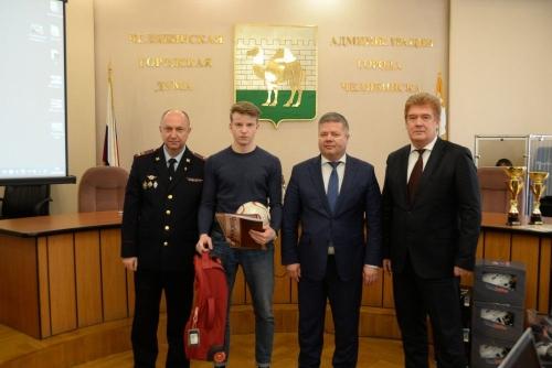 Награда нашла героя. В Челябинске наградили 17-летнего парня за смелость