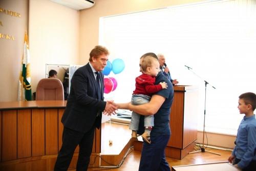 Близкая помощь. В Челябинске вручили сертификаты на жильё
