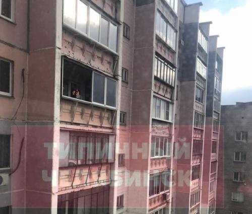 Жарим мясо! Жильцы многоэтажки в Челябинске решили пожарить шашлык на балконе