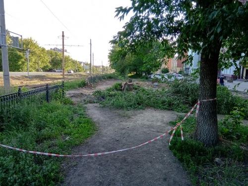 Сквер делают – щепки летят. В Челябинске из-за постройки сквера вырубают деревья