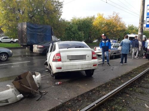 Сбил восемь пролётов. В Челябинске женщину чуть не убило сорванным ограждением