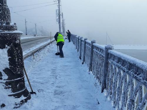 Оказались готовы к стихии. В Челябинске дорожники в рабочем порядке убирают улицы и тротуары