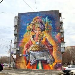 Не до гостеприимства. В Челябинске закрасили граффити девушки, встречающей гостей Южного Урала
