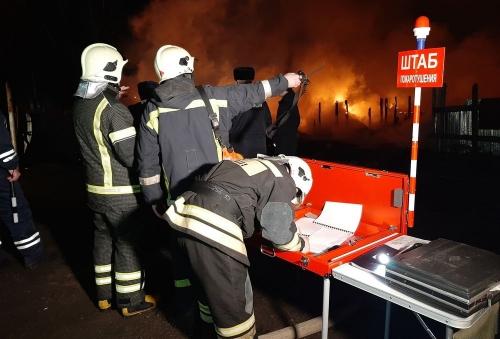В цыганском посёлке Челябинска сгорели шесть домов. В огне получил повреждения один из жителей