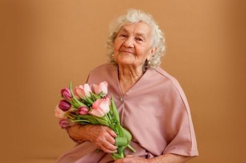Победила вирус и в конкурсе. 83-летняя челябинка попала на обложку журнала Vogue